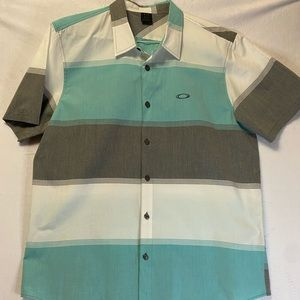 Men's Oakley button down shirt NEW in x-large.